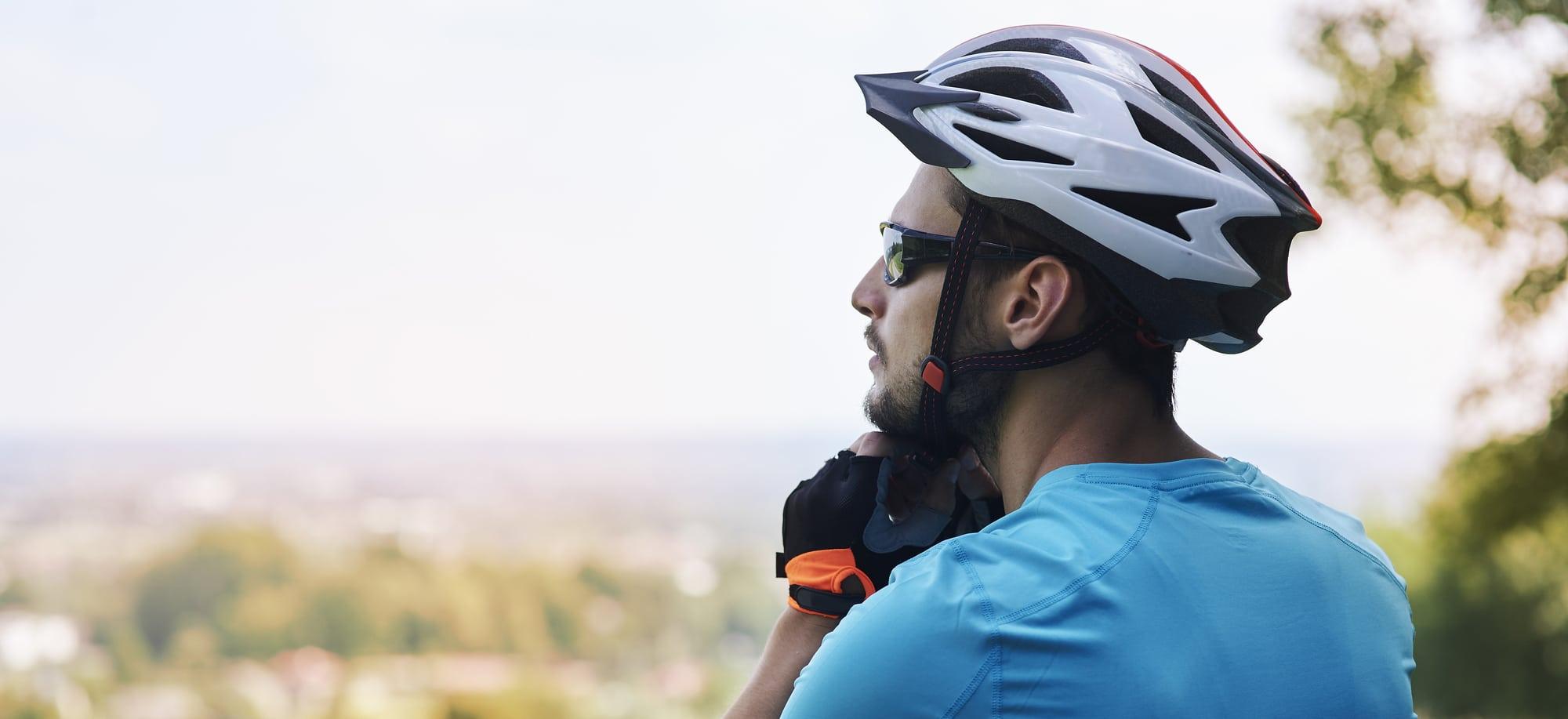 Cykelhjelm i naturen