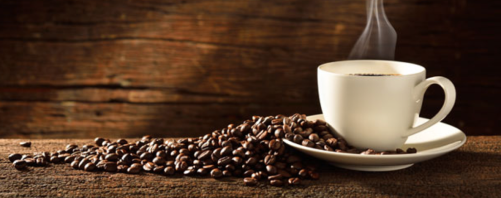 Kaffe med kaffebønner